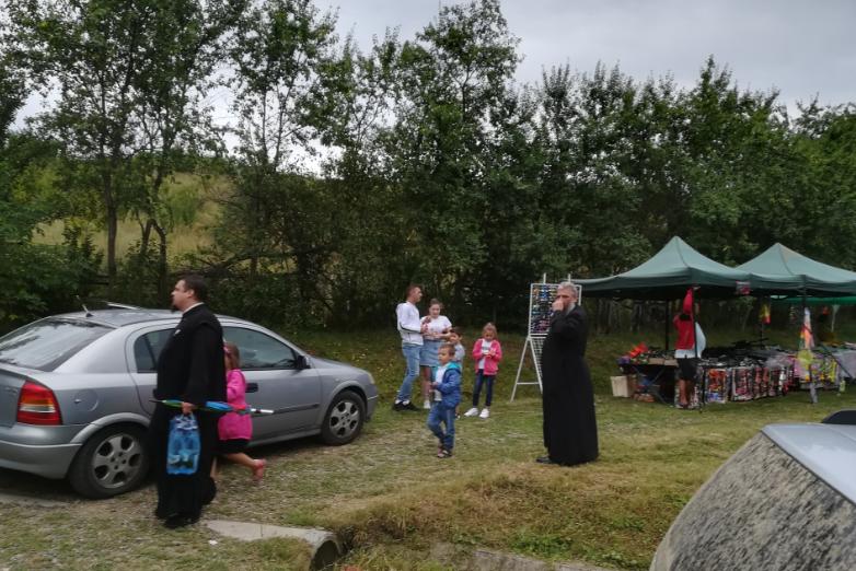 Mici, bere și muzică de hramul Schimbării la Față pentru grupul ecumenist al MMB din Orășeni