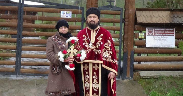 Parohul din Schit Orășeni binecuvântează cu Sfânta Cruce satul pentru sănătatea trupească și sufletească a credincioșilor